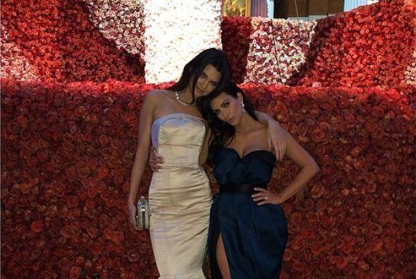 Dentro de la MET Gala, Kendall y Kim posaron para sus fans con un gran a...