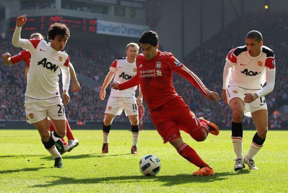 Se jugaba el minuto 34 cuando el 'Conejito' Suárez se internó en el área...