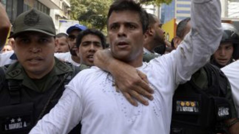 Leopoldo López, custodiado por la Guardia Nacional tras entregarse a las...