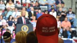 Trump sigue sus actos de masa, como este de Iowa en junio, con los que m...