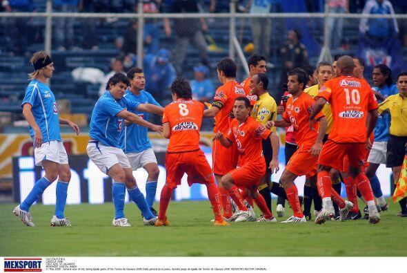 En el Estadio Azul los jugadores corrieron por toda la cancha, en ese mo...