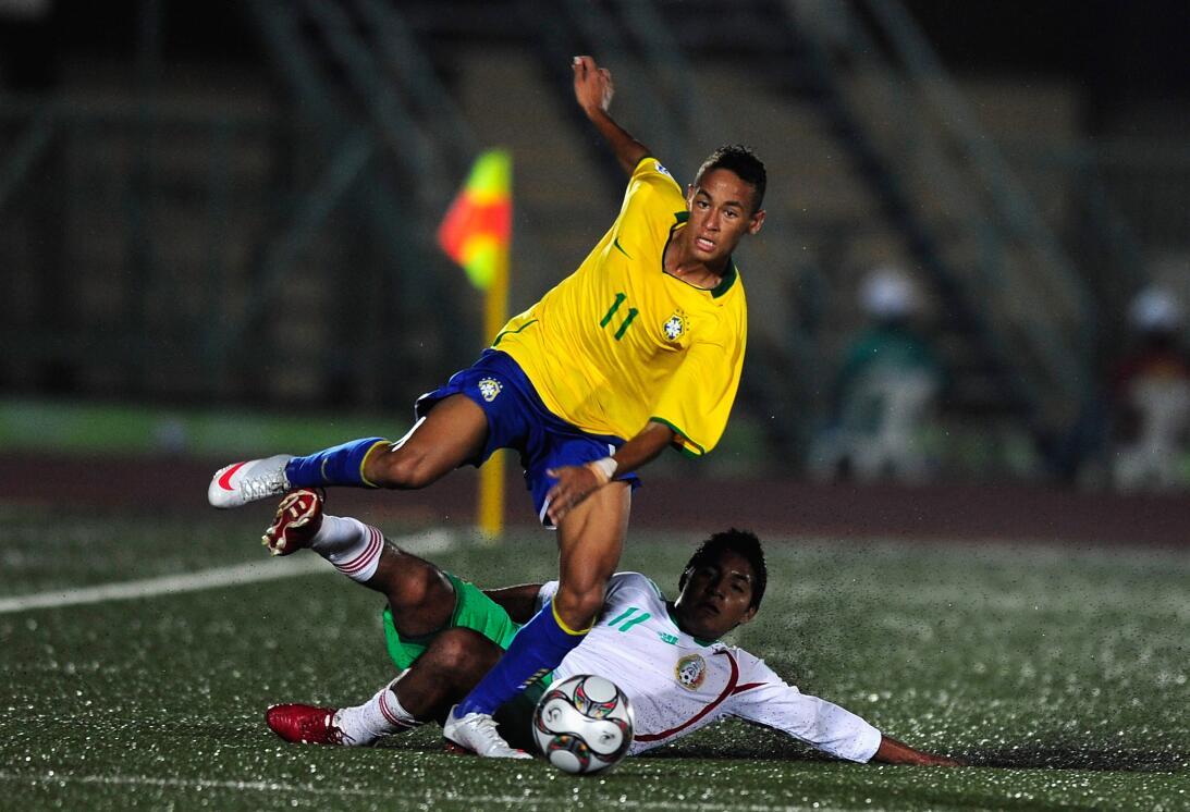 Futbolistas que debutaron como profesionales antes de los 16 años Neymar...