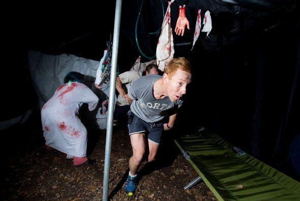 Cientos de participantes debían atravesar un campo en el que decenas de...