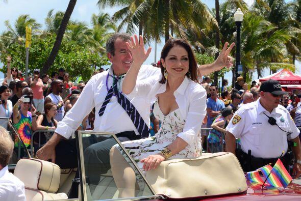 Gloria y Kenny se la pasaron felices salude y salude. Mira aquí los vide...