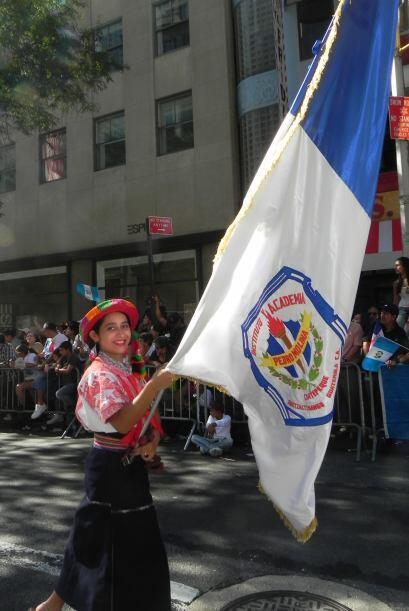 Familias hispanas desfilan por la 5ta Avenida fa4b41456e5243d8a75ff51fe4...