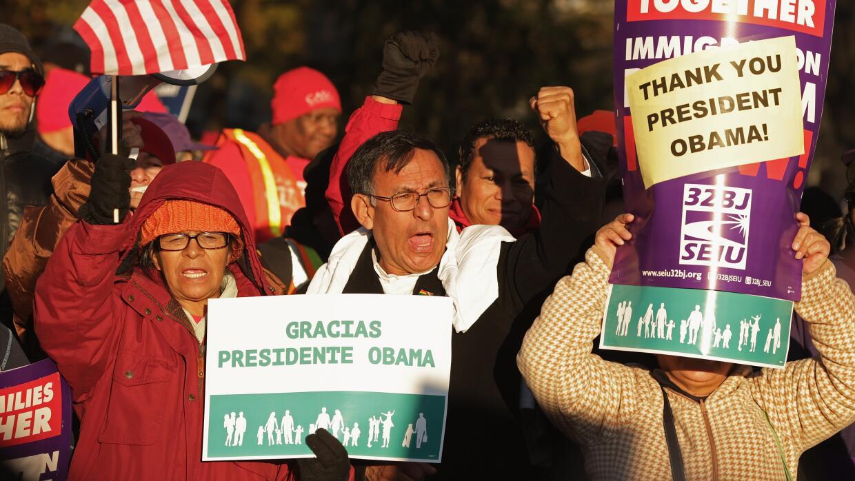 Un grupo de indocumentados frente a la Casa Blanca celebra el anuncio de...