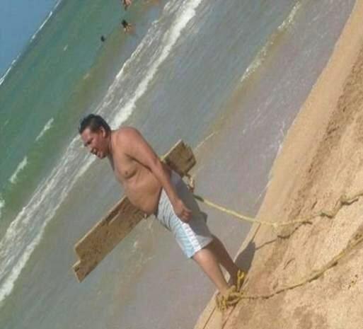 Mira la tabla de surf de este joven!  Foto Crédito: Twitter