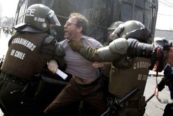 La policía usó gases lacrimógenos y chorros de agua para dispersar a los...