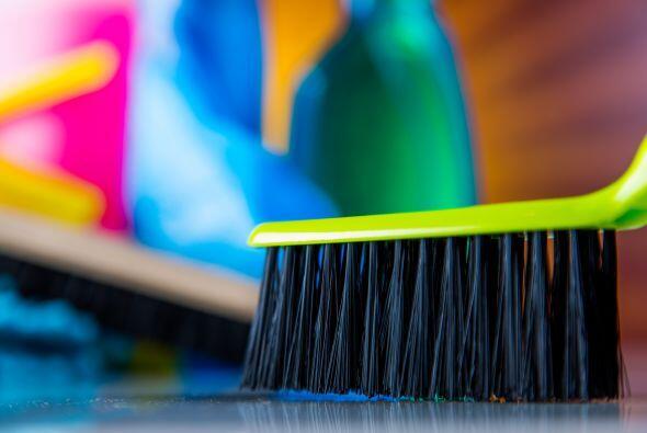 Los cepillos son los más útiles para los pisos más rugosos y sucios, com...