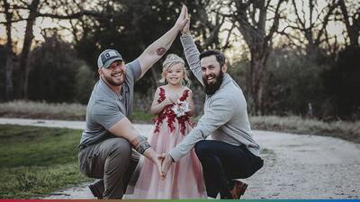 """""""Bonus Dad"""": papá y padrastro que se unieron por el amor a su hija se vuelven virales"""