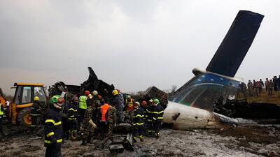 En fotos: Un avión se estrelló al aterrizar en un aeropuerto de Nepal