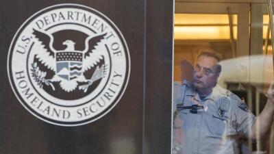 Un agente en la oficina del Departamento de Seguridad Nacional, en Washi...