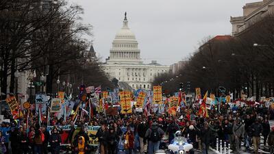 Cientos de manifestantes marcharon en Washington DC contra el oleoducto Dakota Access