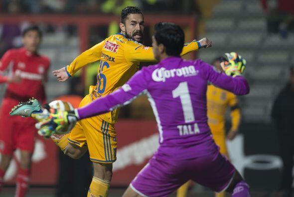 En la primera jugada después del descanso, Hérculez Gómez estuvo a punto...