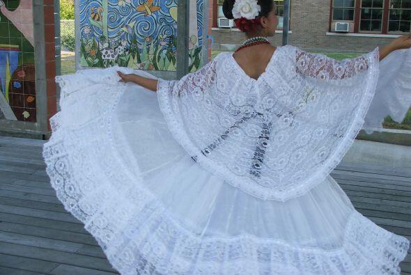 En este caso, ella lleva un bello traje típico del estado de Veracruz.