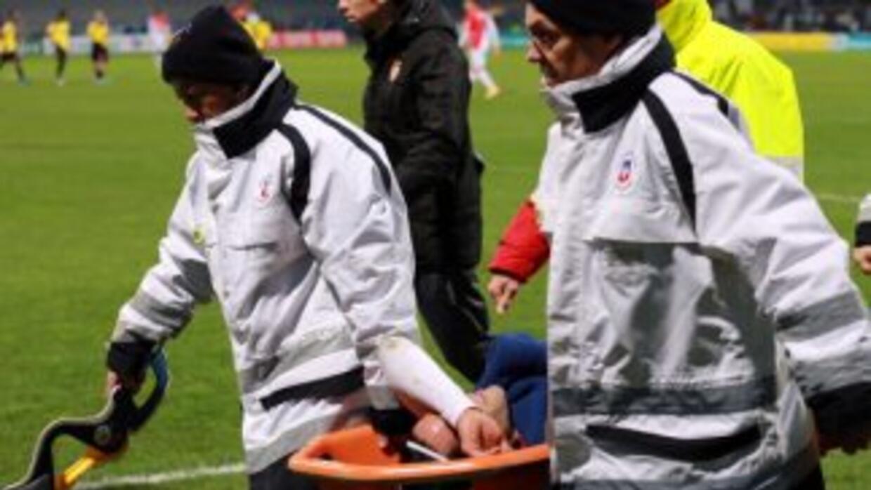 Falcao es retirado en camilla luego de lesionarse la ridilla en partido...