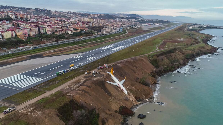 En fotos: Un avión se estrelló al aterrizar en un aeropuerto de Nepal ge...