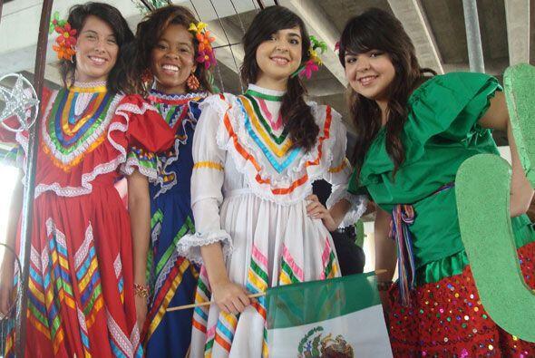 Es así como los jóvenes lucieron orgullosamente trajes típicos mexicanos.