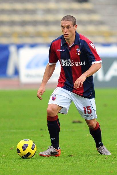 Su debut en la selección mayor se produjo el 13 de julio de 2001 frente...