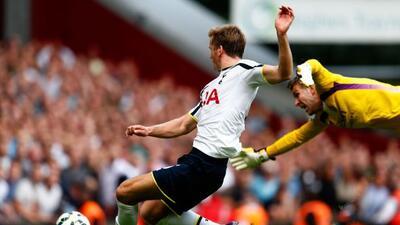 El defensa inglés Eric Dier se quitó al portero del West Ham y mandó el...