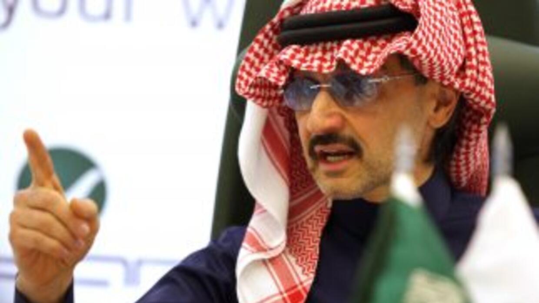 El príncipe saudí Alwaleed bin Talal afirma que su patrimonio oscila en...