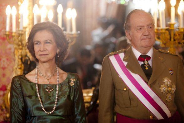 Después de que su esposo abdicó en España, Sofía le cede el trono de rei...