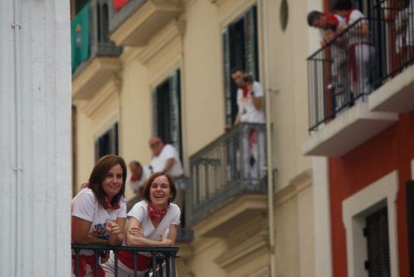Otros prefieren mirar desde las barreras o los balcones de las calles po...