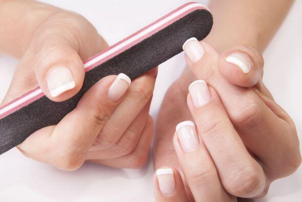La forma ideal. Lima tu uñas de forma cuadrada o ligeramente redondeada,...