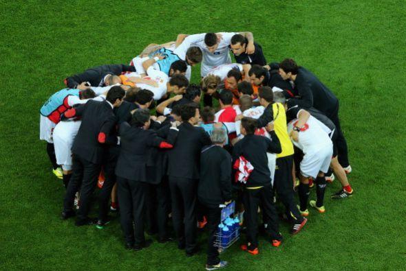 Los jugadores de Sevilla se reunieron en la mitad de la cancha para tene...