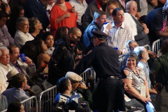 Tony Parker y el jefe de policía de San Antonio, William McManus, interc...