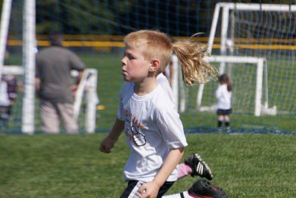 Este chico tiene una larga cabellera.