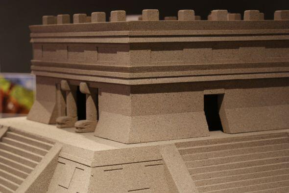 Un acercamiento a la maqueta de una de las pirámides de Chichén Itzá.