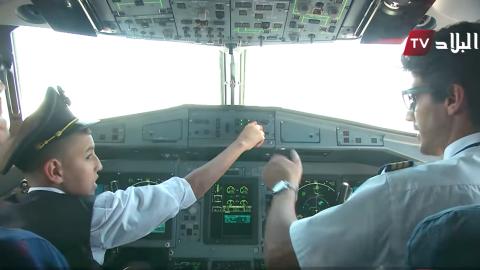 Suspenden a dos pilotos de Air Algerie por dejar a un niño maneja...
