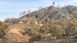 La casa del bombero Bruce Tinloy quedó rodeada de carbón y cenizas. Se s...