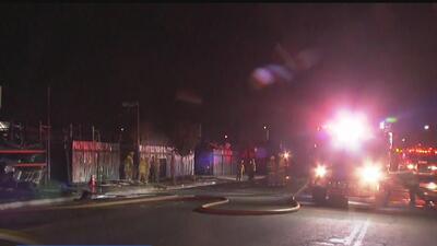 Un voraz incendio consumió un negocio de autopartes en Los Ángeles