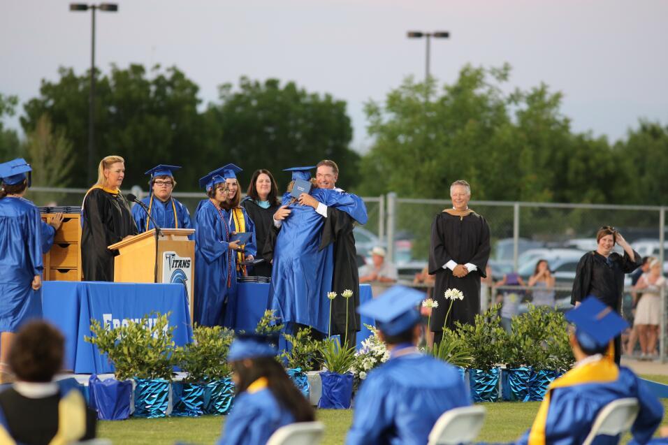 El hijo de Arnold Schwarzenegger se graduó de la escuela.