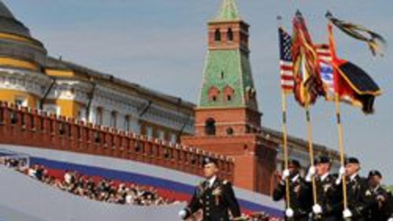 Soldados de EU desfilaron por primera vez en Moscú en aniversario de vic...