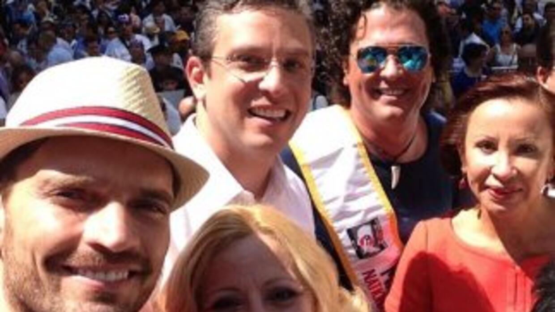 El actor Julián Gil compartió en el Desfile Puertorriqueño de Nueva York...