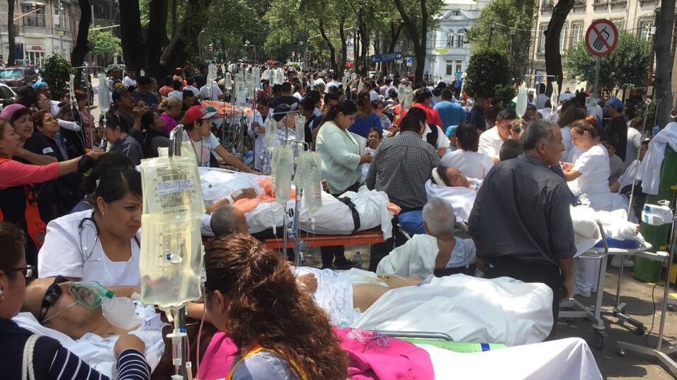 Varios pacientes fueron evacuados de un hospital de la capital mexicana,...