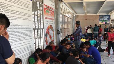 En fotos: Decenas de centroamericanos esperan en el puerto fronterizo de Nogales para pedir asilo en Estados Unidos