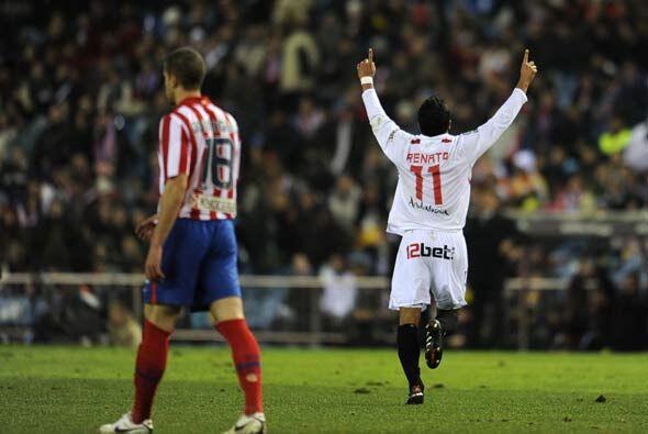 El Sevilla se adelantó al Atlético de Madrid con un gol del brasileño Re...