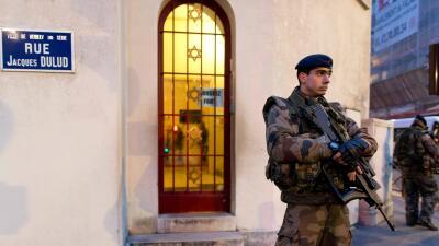 Un judío ingresa en una sinagoga de París vestido de yihadista y genera pánico