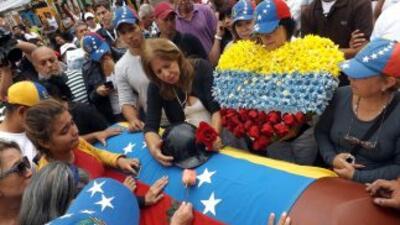 Los fabricantes de ataúdes de Venezuela han estado reclamando más materi...