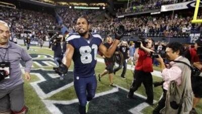 Golden Tate festeja luego de que se le acreditó como touchdown la jugada...