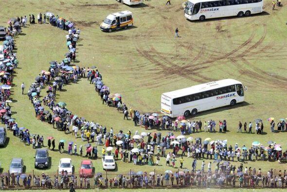Vista de las largas filas formadas por ciudadanos que esperan para tomar...