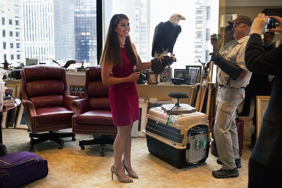 La colaboradora del presidente posa con un águila calva, uno de los símb...
