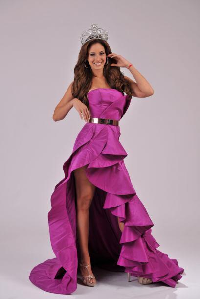 Uno más juvenil con un vestido de coctel rosa, con el que pudimos...