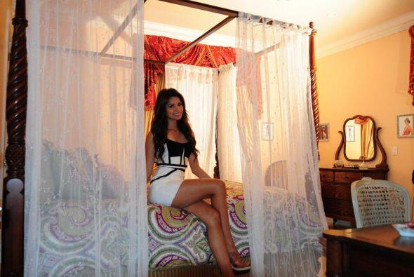 Además de una enorme cama, la cual está decorada para una verdadera reina.