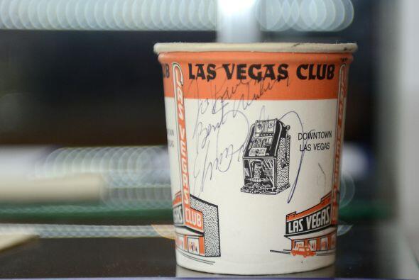 """""""Para Paul, mis mejores deseos Elvis Presley"""", decía este vaso autografi..."""