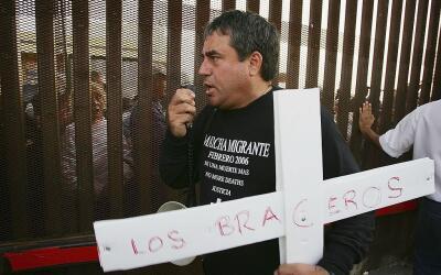 Un activista sostiene una cruz recordatoria de los migrantes que partici...